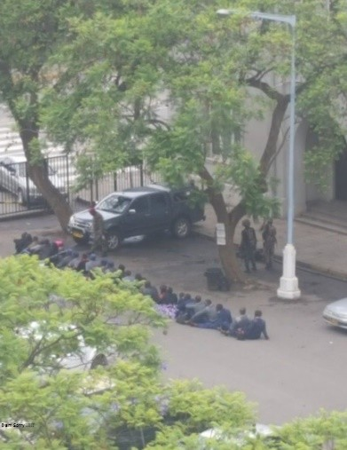 Zimbabwe soldiers harassing police